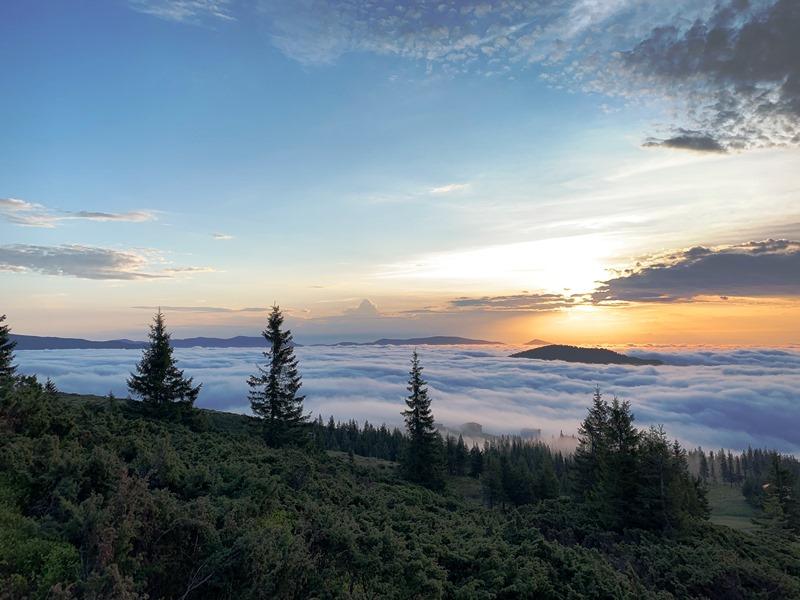 Схід сонця на вершині гори Близниця