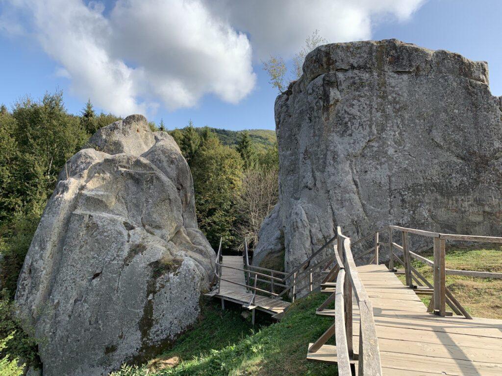 Наскельне місто-фортеця Тустань